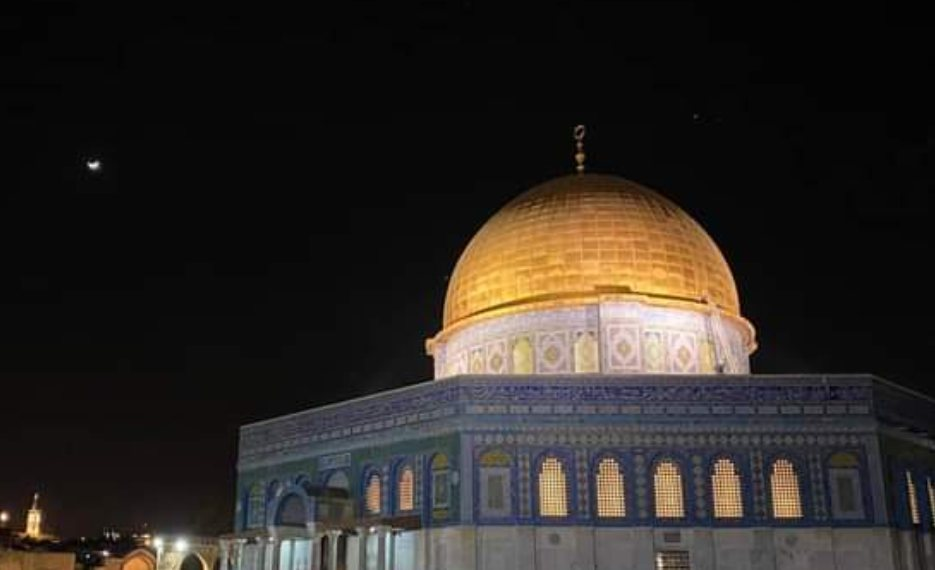 Despite Severe Israeli Restrictions, Over 70,000 Worshipers Pray at al-Aqsa, Friday night